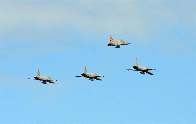 4架F-5型機隊以「追悼隊形」通過,象徵烈士的三號機向上拉升脫離編隊。(莊哲權攝)