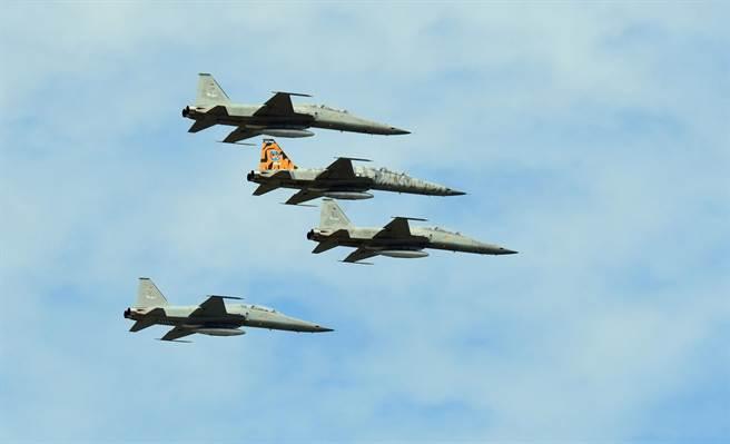 4架F-5型機隊以「追悼隊形」通過啟靈隊伍正上空。(莊哲權攝)