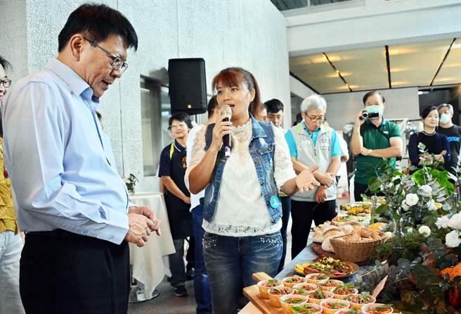 結合客庄職人產業打造的好客美食,屏東縣長潘孟安(左)專注聆聽食材間融合的奧妙。(林和生攝)