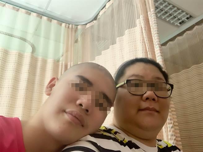 高雄林小弟(左)因腦瘤住院治療,與單親媽媽(右)相依為命,網友發揮愛心義賣籌措醫藥費。(林媽媽提供/柯宗緯高雄傳真)