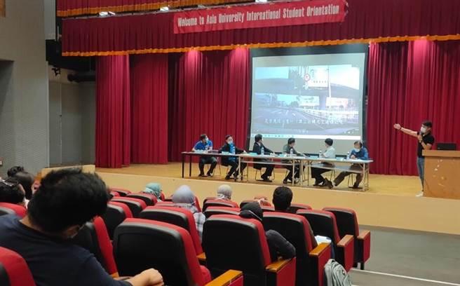 中市警局霧峰分局日前到亞洲大學舉辦「外籍生校園安全座談會」,向外籍生宣導校園安全,並全程英文解說。(霧峰分局提供/黃國峰台中傳真)