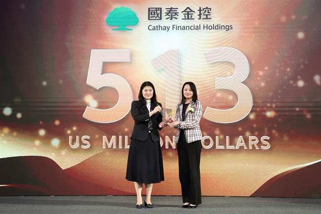 「2020台灣最佳國際品牌交流會」頒獎典禮,國泰金控副總經理翁德雁從(右)從經濟部工業局主任秘書陳佩利(左)手中接過第7名獎座,「國泰」的品牌價值為5.13億美元。(國泰提供)