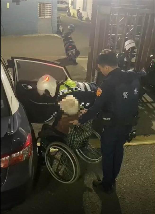 獨居老婦出遊迷了路,熱心民眾和警方攜手助返家。(翻攝照片/蔡依珍桃園傳真)