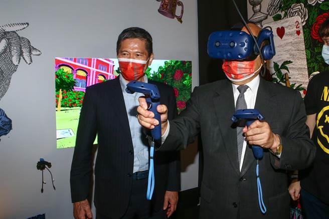 「未來內容展示體驗」結合文化與科技應用,蘇貞昌也在現場戴上VR裝置,在《愛麗絲夢遊仙境》改編的VR互動體驗《好奇的愛麗絲》中化身愛麗絲跳入兔子洞,玩遊戲解謎。(鄧博仁攝)