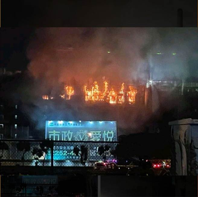 高鐵台中站旁建築工地發生火警,火勢猛烈。(消防局提供/林欣儀台中傳真)