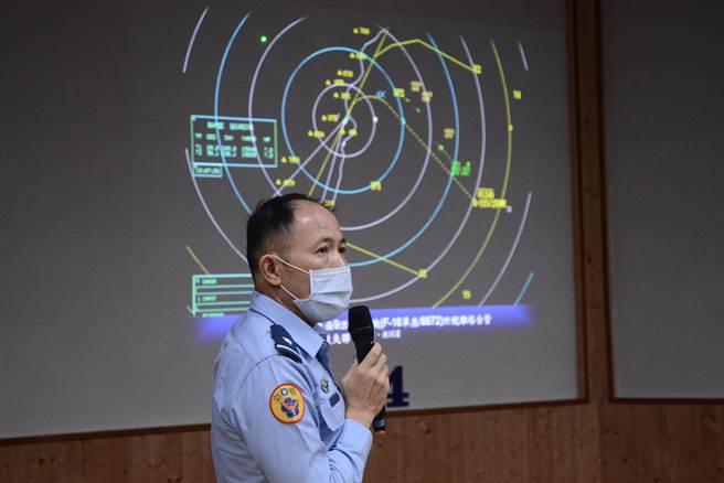 空軍五聯隊長少將謝日升說明戰機失聯過程。(王志偉攝)