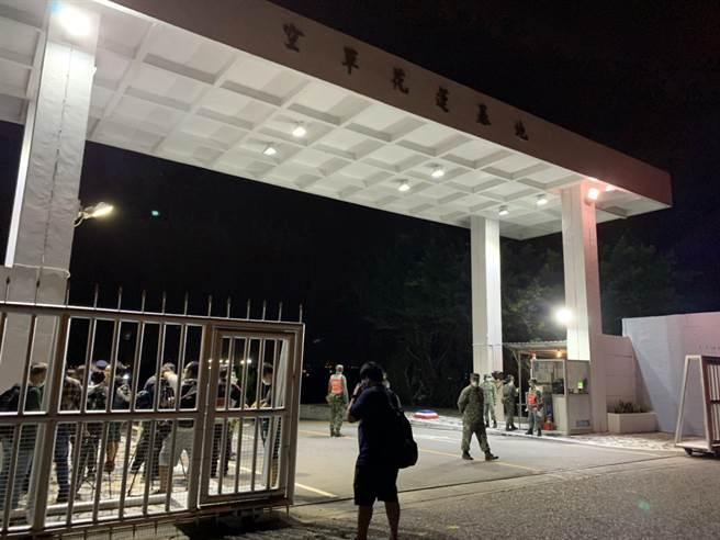 花蓮空軍基地,晚間燈火通明。(王志偉攝)