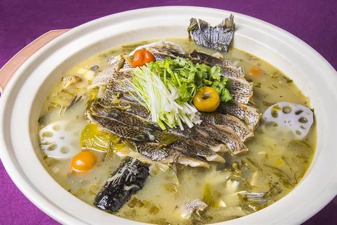 「家宴農家酸菜魚」單品售價1280元。(凱達大飯店提供)