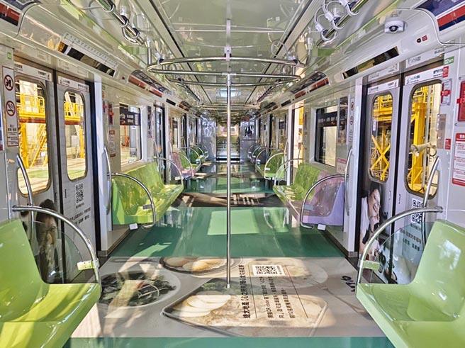 總太地產在台中捷運限定二列車廂內,首度曝光「心之所向」新案廣告。圖/曾麗芳
