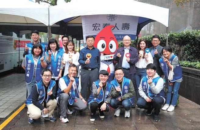 宏泰人壽董事長魯奐毅(後排右四)與總經理湯維華(後排左四)以身作則、親自到場參與此次捐血活動。圖/宏泰人壽提供