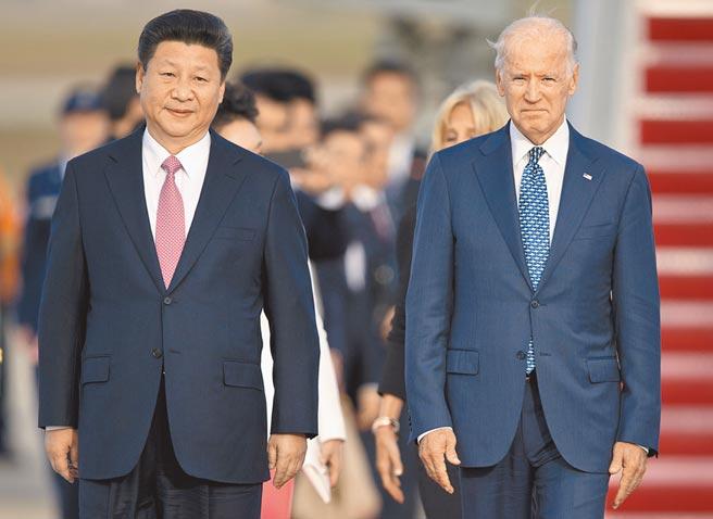 美國大選大致底定後,中美關係下一步何去何從,北京如何應對拜登團隊,都成為關注焦點。圖為大陸國家主席習近平(左)和時任美國副總統拜登兩人曾多次會面。(美聯社)