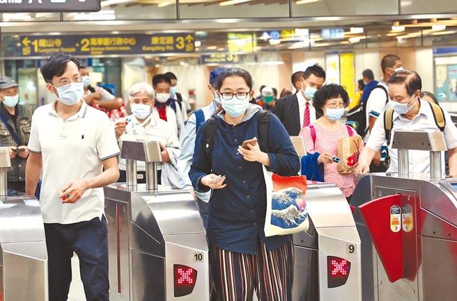 中央流行疫情指揮中心預告將公布「秋冬專案」。圖為人潮擁擠的台北捷運。(陳信翰攝)