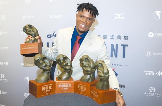 中華職棒31年頒獎典禮,中信兄弟洋投德保拉獲得年度最有價值球員。(陳麒全攝)