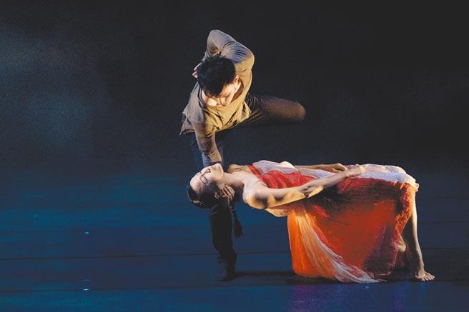 近年屢獲大獎的編舞家蔡博丞,再獲義大利諾瑪劇院的孥多劇院國際劇院專業評審團特別獎。圖為探討水汙染的舞作〈深深〉。(丞舞製作團隊提供)