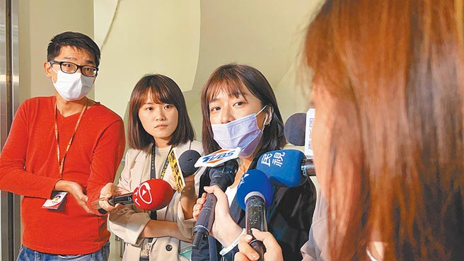 針對與辦公室主任發生糾紛,北市議員林穎孟(中)16日直指,自己現在人身安全受到威脅,盡量不進辦公室。(張穎齊攝)