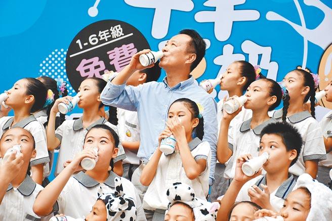 嘉義縣政府自109學年新學期起,全面推動國小學生免費供應鮮牛羊豆奶計畫。(本報資料照)