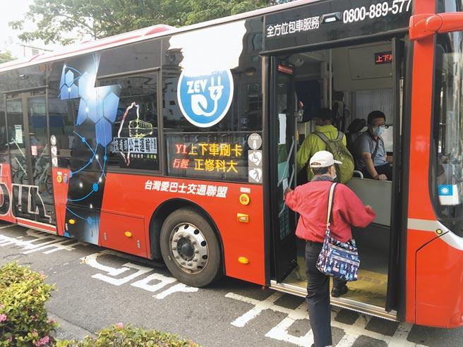 高雄市交通局近年大力推行電動公車,目前全市的電動公車已經破百輛。(洪浩軒攝)