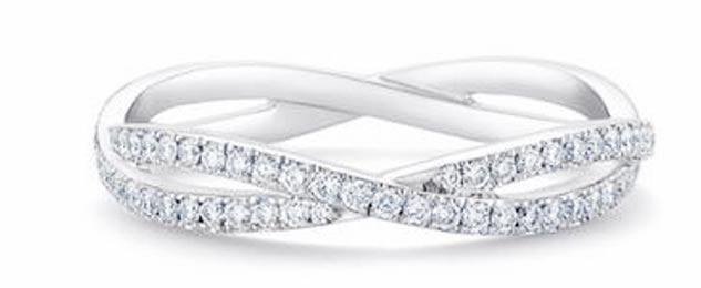 微风「BREEZEONLINE」De Beers Infinity白金全镶戒指,18K白金,钻石总重约0.6克拉,13万5000元。(微风提供)