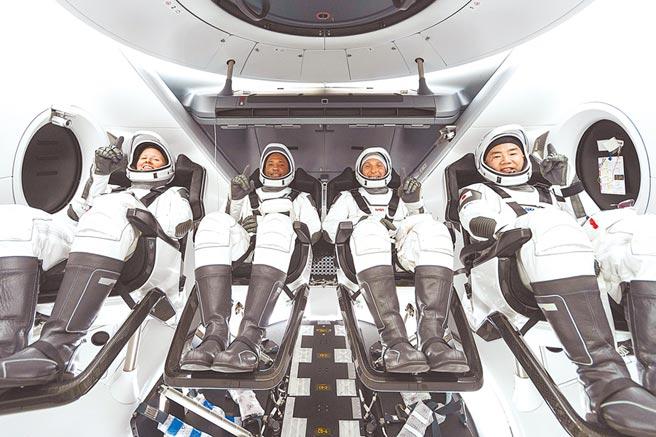 「載人龍號」太空船共載4名太空人,由左至右分別是沃克、葛洛佛、霍普金斯、野口聰一。(美聯社)