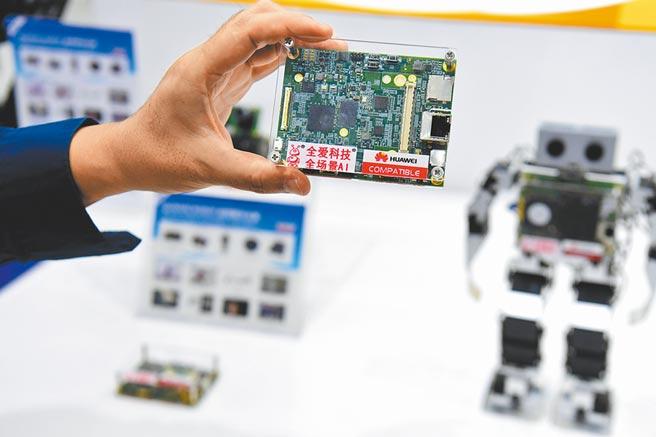 大陸以舉國體制推進半導體技術。圖為11月11日,深圳高交會上展出機器人控制晶片。(中新社)