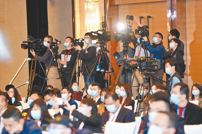 2020兩岸企業家峰會創新發展研討會吸引不少媒體記者採訪。
