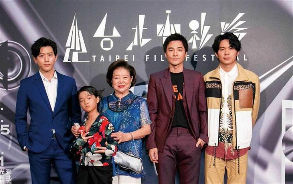 近年是元介(右2)作品不斷,在電影《親愛的房客》的表現很受稱讚。(台北電影節提供)