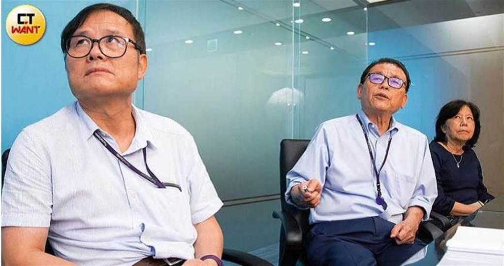 藥華執行長林國鐘(中)逐字撰寫回應AOP的聲明,與董事長詹青柳(右)、總經理黃正谷(左)一起面對危機。(圖/黃威彬攝)