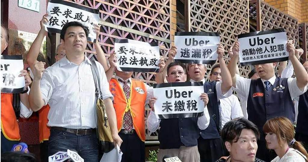2013年Uber強勢登台,造成合法計程車業者不滿而向檢方提告,也讓政府對Uber嚴格執法取締,罰金累積高達17億7千萬元。(圖/報系資料照)