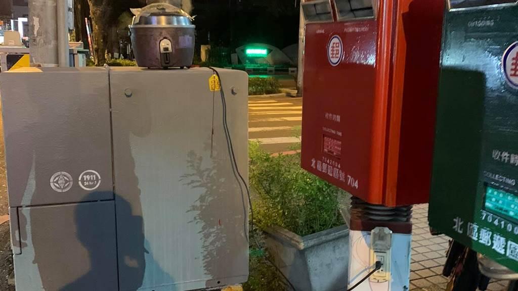 一名阿伯在街頭以電鍋插郵筒燉藥,引發民眾熱議,而郵局也曝插座上的用途。(圖/翻攝自台南爆料公社)