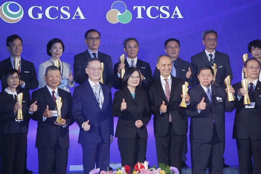 蔡英文總統(中)18日出席2020全球企業永續論壇並與台灣企業永續獎得主合影。(張鎧乙攝)