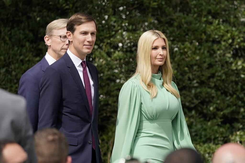 川普女儿伊凡卡与女婿库许纳也将随着父亲明年一同离开白宫权力圈;不过,CNN认为伊凡卡夫妻曾大力宣传川普的政策,以后再也难以回到主要反对川普的纽约名人圈了。(美联社)