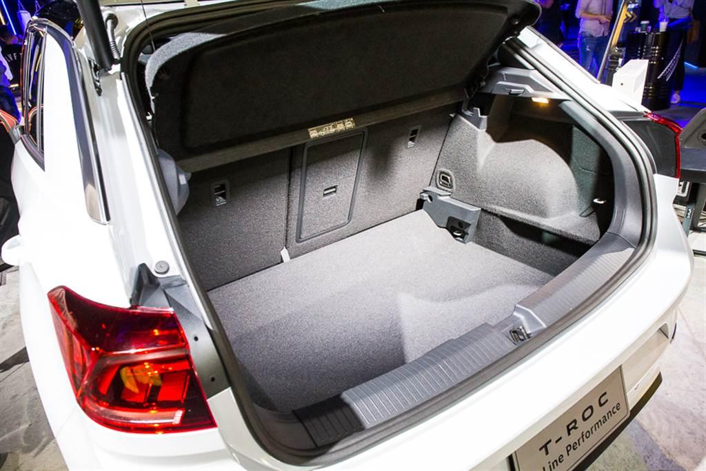 行李廂具備標準容積445L,並可藉由後座椅背傾倒擴充至1290L。