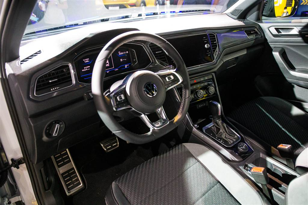 VW家族化設計內裝,搭載10.25吋數位儀表及8吋中控觸控主機,科技感十足。