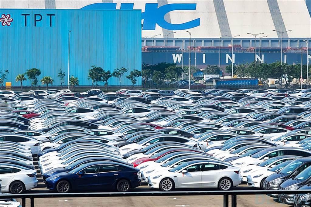 21 年式新版到港!數不清的 Model 3 排隊整裝,台灣下週準時啟動第四季交車