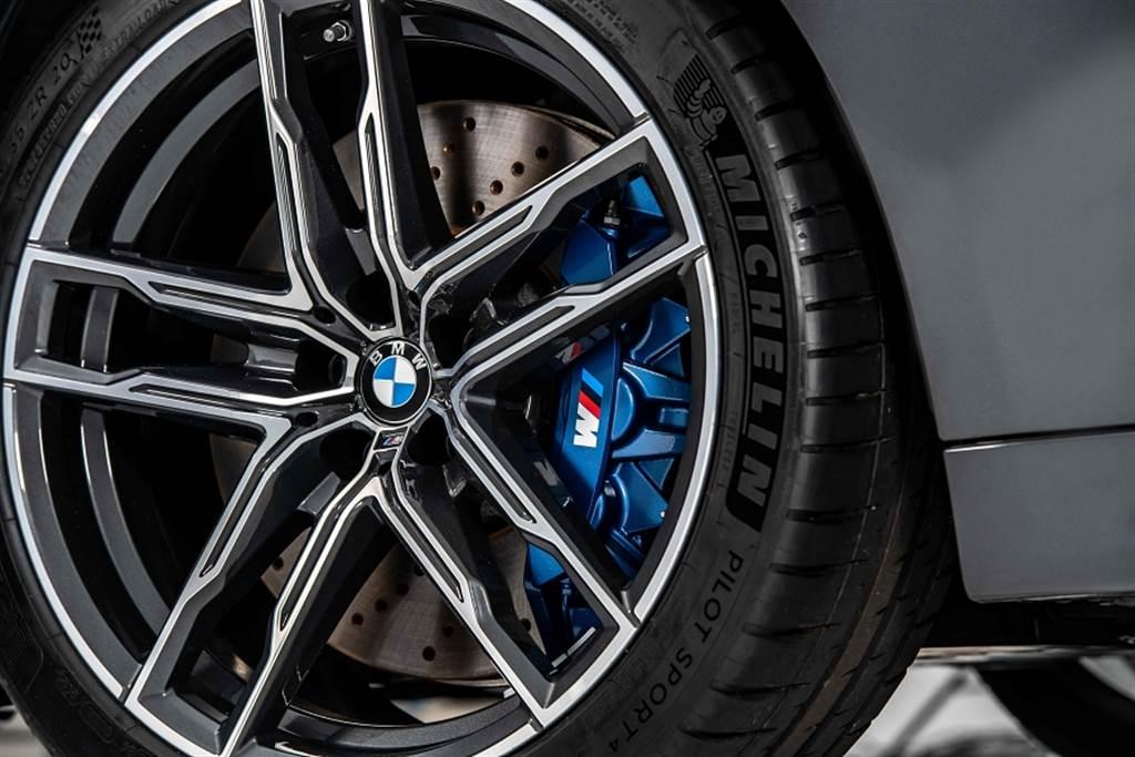 M5 Racing Package標準配備20吋M雙輻式輪圈、M複合式煞車系統與運動感十足的藍色卡鉗。
