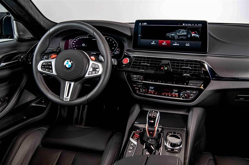 M5全面升級了駕駛座艙,雙12.3吋虛擬數位儀錶與中控觸控螢幕,帶給駕駛者更強烈而便利的視覺體驗。