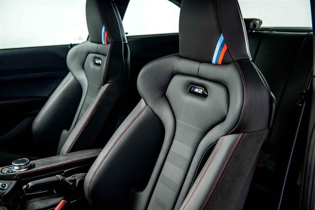 M2 CS座椅使用與M4 CS相同的桶型M專屬跑車座椅,結合Merino真皮與Alcantara 麂皮雙材質,椅背上則有發光的M2銘牌與頭枕的經典M三色繡線裝飾。