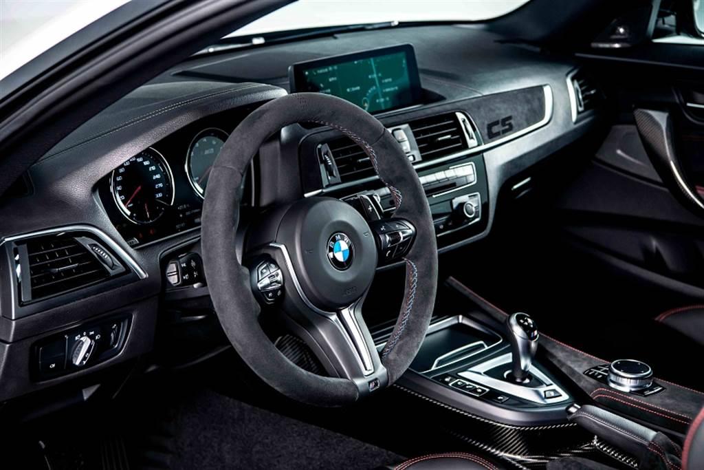 """全新BMW M2 CS處處可見Alcantara麂皮材質與對比紅色縫線設計,副駕駛座前方更鑲上專屬的紅色""""CS""""字樣,有如M朝聖者的身分象徵。"""