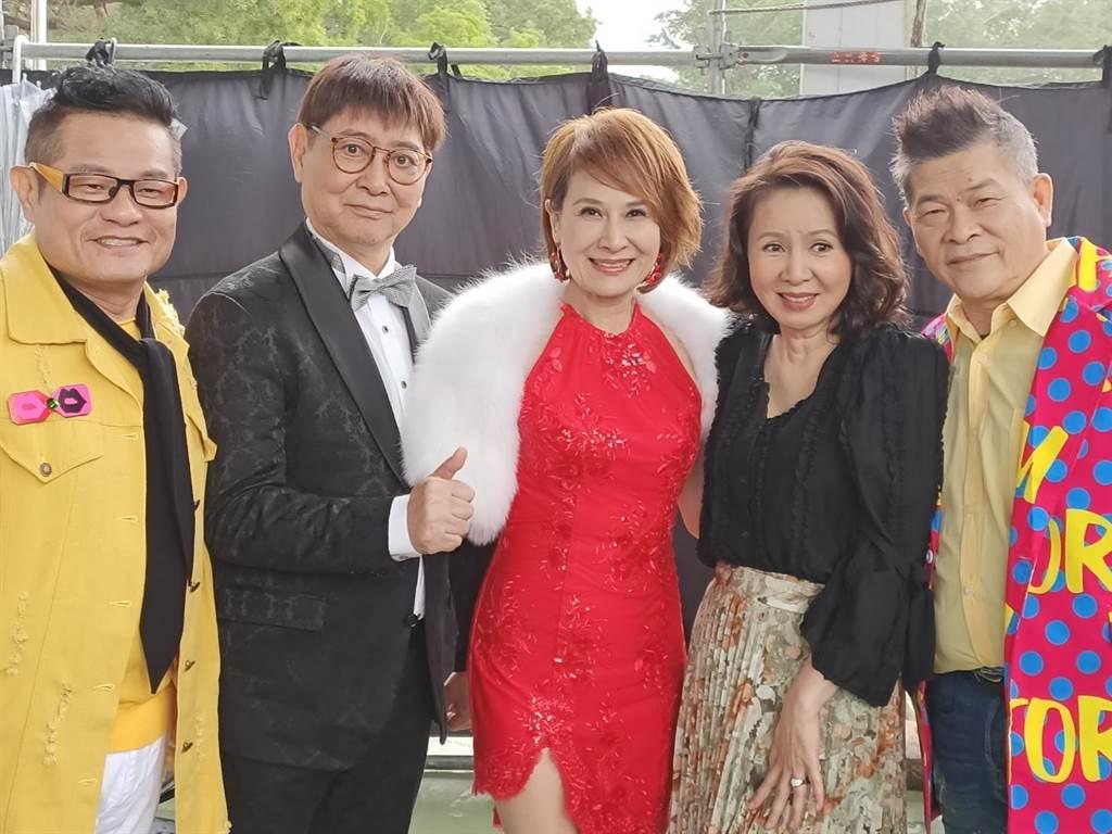 林美照、向娃、康弘喜相逢澎恰恰与许效舜主持的《超级夜总会》。(经纪人提供)