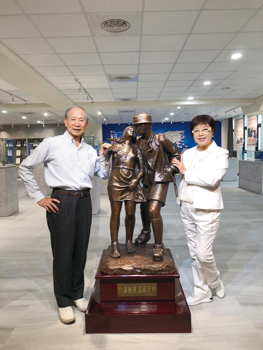 皇廣公司董事長張豐國(左)與財務長李如蘭夫婦(右)在金屬鑄造展示館前合影。圖/莊富安