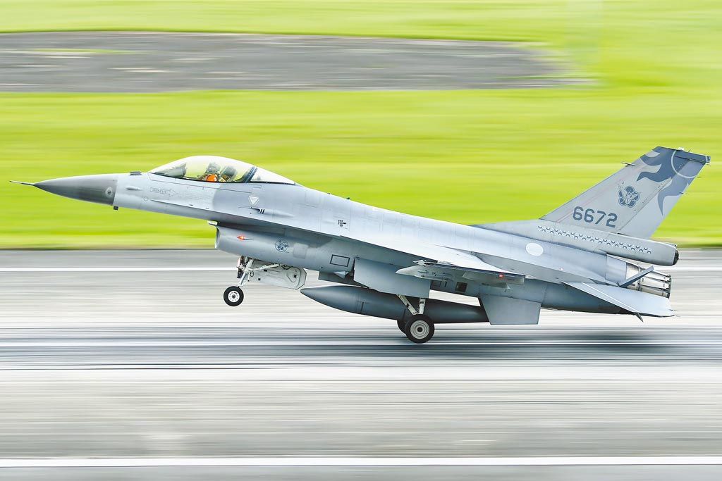 空軍花蓮基地一架F-16A夜航失聯,圖為航空迷17日下午拍下該戰機起飛畫面。(中央社)
