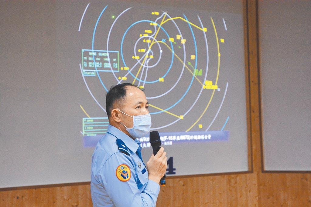 空軍第五聯隊長少將謝日升表示,蔣自起飛到失聯,塔台均未聽聞無線電呼叫。(王志偉攝)
