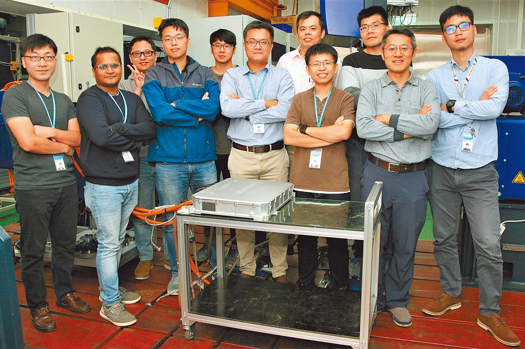 工研院智慧車輛研發團隊,協助廠商開發的電動巴士馬達驅控器。(工研院提供/羅浚濱新竹傳真)