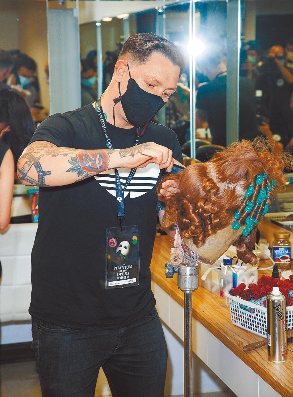 《歌劇魅影》全劇使用約170頂假髮,開演前1小時就必須開始逐一為演員戴上。(吳松翰攝)