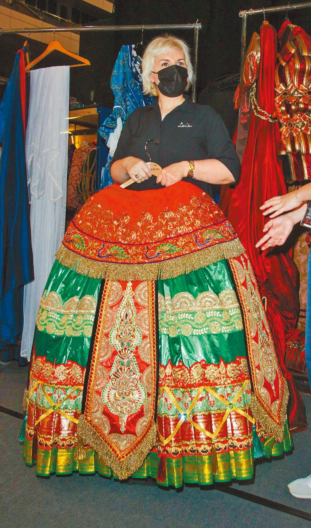 「克莉絲汀」在劇中劇《漢尼拔》穿著的長裙重達3公斤以上。(吳松翰攝)