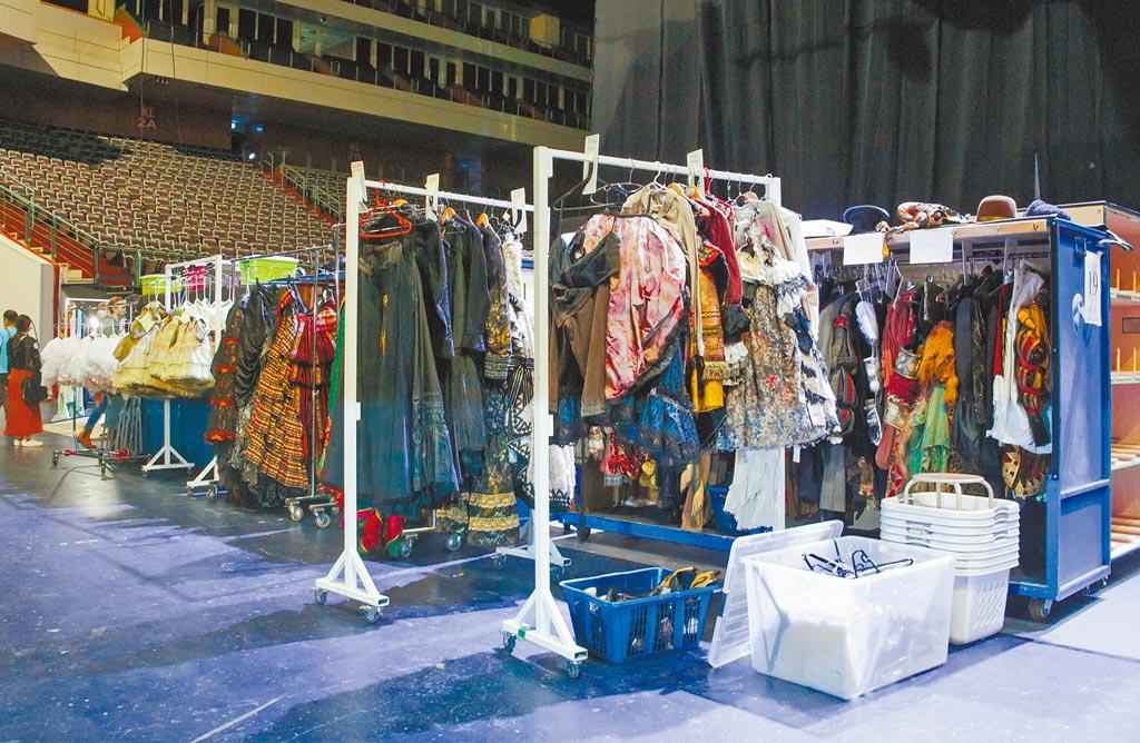 《歌劇魅影》每場演出有高達約375套華服,每天演出完都需經過專人乾洗。(吳松翰攝)