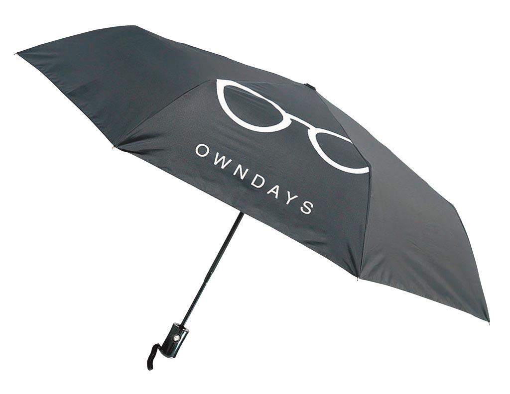 SOGO天母店HAPPY GO卡友12月1日、2日單筆滿500元可兌換OWNDAYS自動開收傘,現場備貨1萬8000支。(SOGO提供)