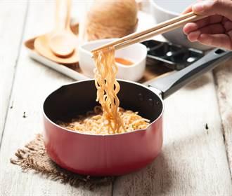他加沙拉油煮菜 鍋內下秒狂冒泡沫嚇傻!網笑:別買黃色洗碗精了