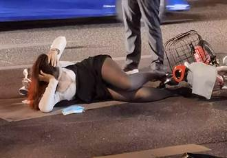 黑丝袜OL遭车撞 性感倒奶侧卧马路 网友神到事发地了