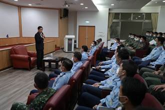 國防部長抵花蓮基地強調「空防戰備不受影響」